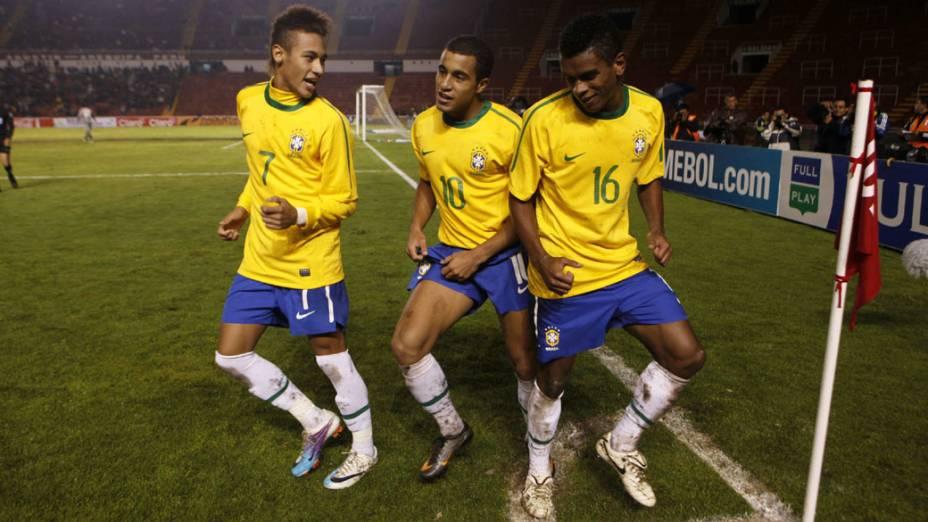 Neymar, Lucas e Fernando comemoram o segundo gol contra o Uruguai pelo Campeonato Sul-Americano Sub-20, em Arequipa, no Peru