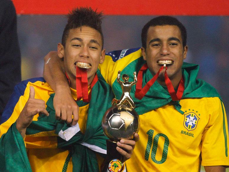 As estrelas do jogo, Neymar e Lucas, comemoram a conquista do Campeonato Sul-Americano Sub-20, em Arequipa, no Peru