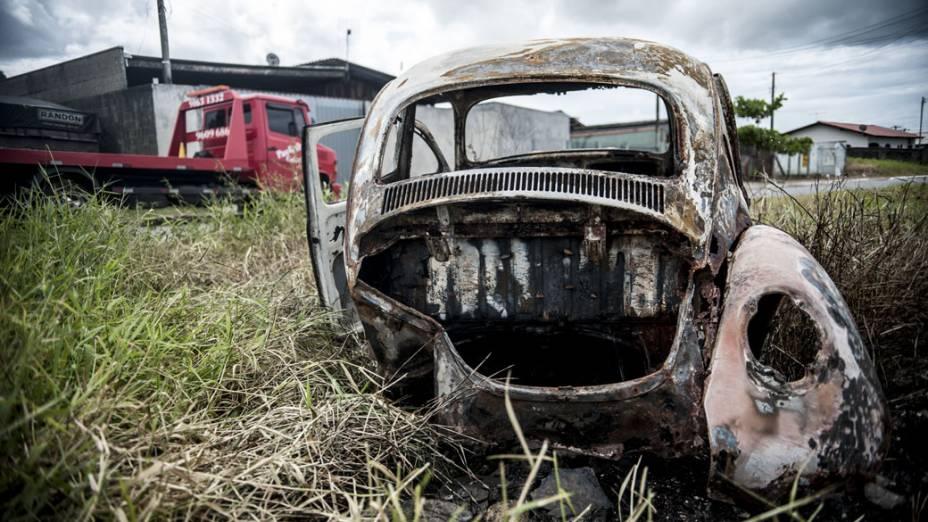 Carro incendiado por um homem que passava de bicicleta na rua Enedina DAvila Ferreira, em Itajaí, Santa Catarina