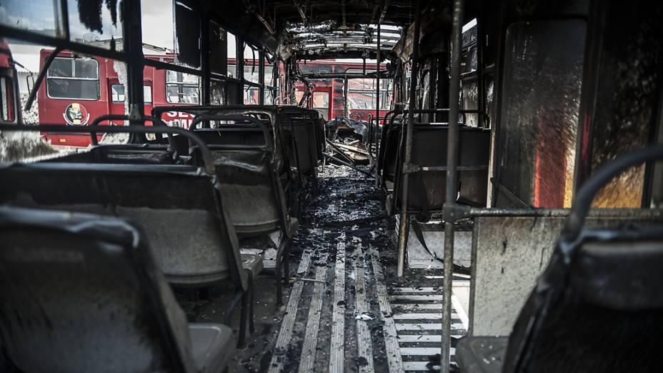 Três ônibus utilizados para transporte de estudantes foram incendiados na madrugada da terça-feira (5) no pátio da prefeitura da cidade de Itajaí