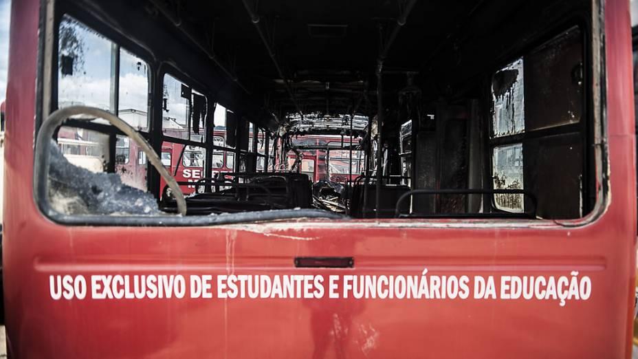 Três ônibus utilizados para transporte de estudantes incendiados no pátio da prefeitura de Itajaí, em Santa Catarina