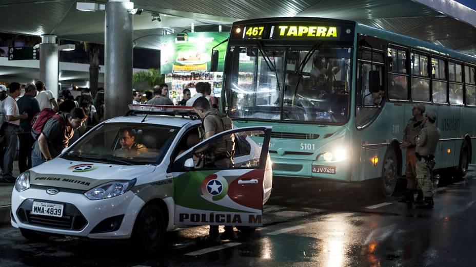 Ônibus saem do Terminal Central de Florianópolis com escolta policial após onda de violência em várias cidades de Santa Catarina