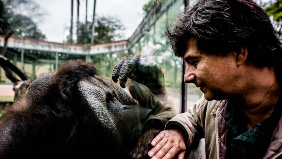 O biólogo Oriel Nogali com o orangotango Sansão