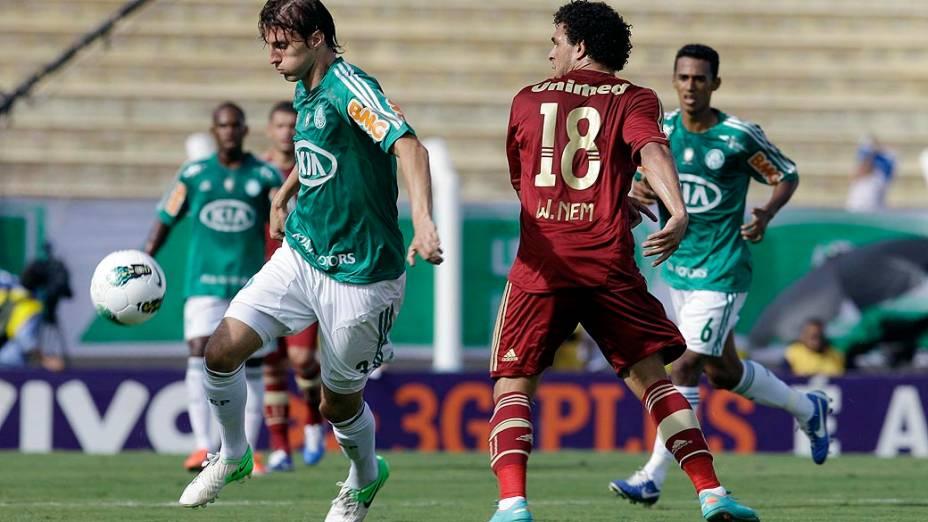 Henrique, do Palmeiras e Wellington Nem, do Fluminense, durante partida válida pelo Campeonato Brasileiro de Futebol 2012