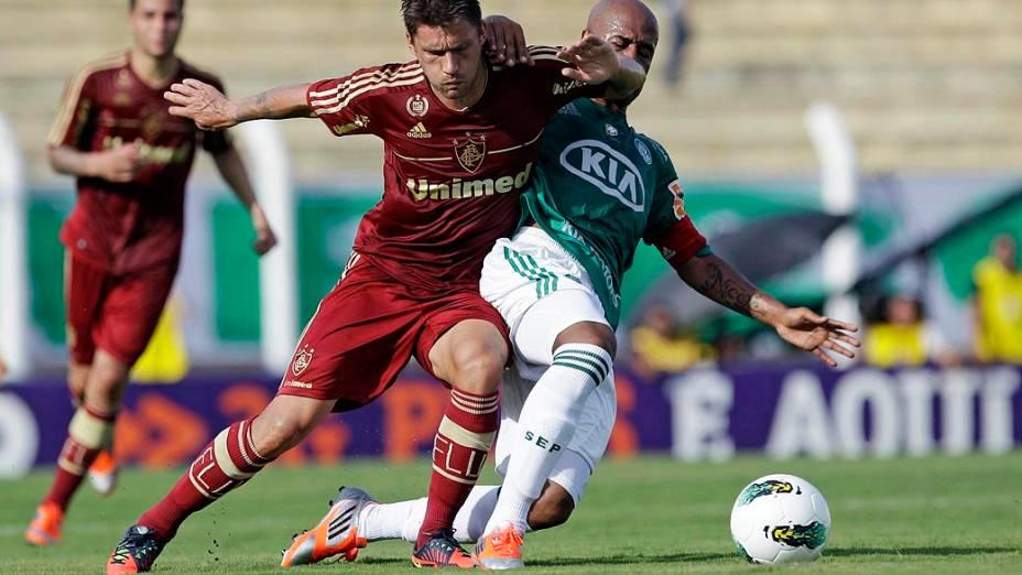 Rafael sobis, do Fluminense e Marcos Assuncao, do Palmeiras durante partida válida pelo Campeonato Brasileiro de Futebol