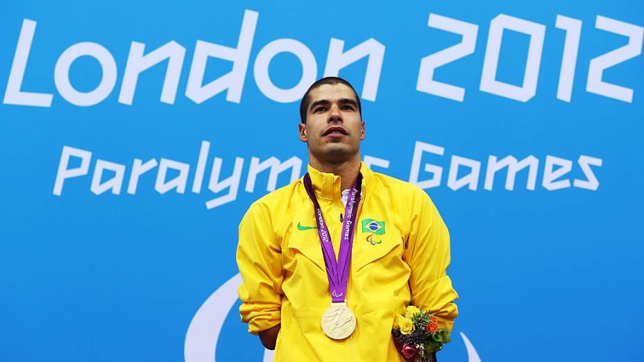 O brasileiro Daniel Dias com a medalha de ouro, na conquista nos 100 m peito, na categoria SB4 em Londres
