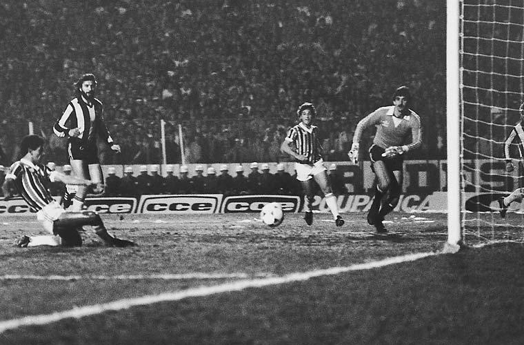 Na imagem, o gremista Caio marca o primeiro gol da vitória por 2 a 1 do Grêmio contra o Peñarol, em 1983.