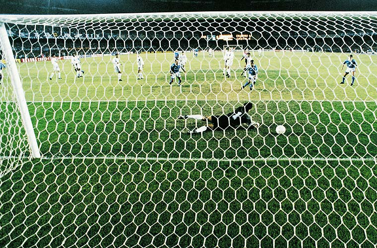 Erivélton, do Cruzeiro, marca um gol contra o Sporting Cristal, na final de 1997, quando a equipe brasileira conquistou o bicampeonato.