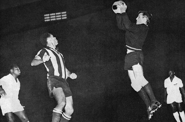 Em 1962, o Santos venceu o Peñarol e consagrou-se o primeiro brasileiro campeão da Libertadores.