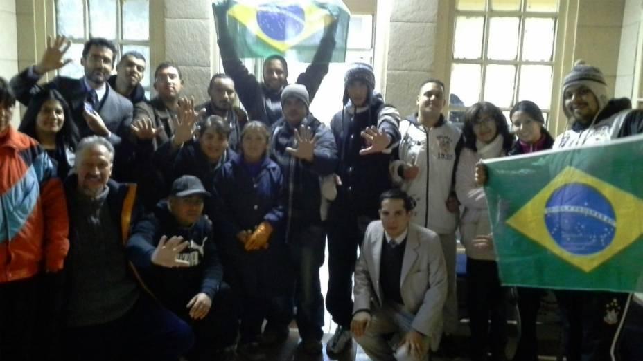 O momento da libertação de sete corintianos em Oruro, na Bolívia