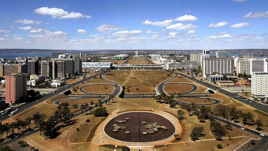 Os edifícios da Esplanada dos Ministérios foram projetados pelo arquiteto Oscar Niemeyer