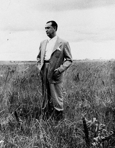 O presidente Juscelino Kubitschek em sua primeira viagem ao local onde seria construída Brasília, em 2 de outubro de 1956.