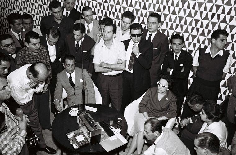JK (sentado, à esq.) ouve, em Brasília, a transmissão radiofônica da final entre Brasil e Suécia na Copa do Mundo de 1958.