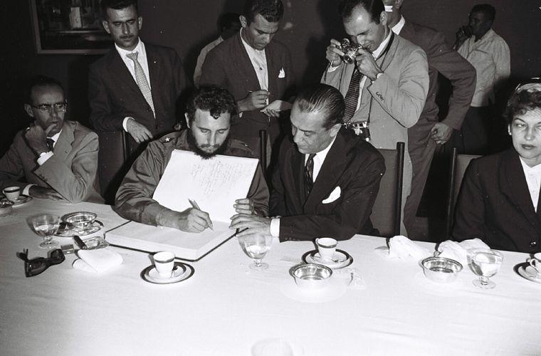 Fidel Castro visita o Palácio da Alvorada, em abril de 1959.