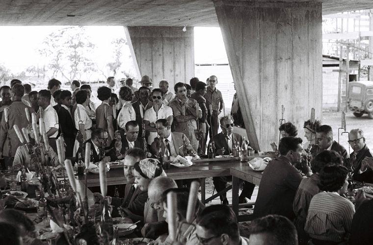 JK em confraternização do Instituto de Aposentadoria e Pensões dos Bancários (IAPB), em Brasília, em março de 1958.