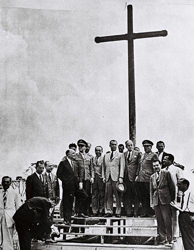 Comitiva liderada por JK e Israel Pinheiro leva o General Teixeira Lott, na época ministro da Guerra, à Praça do Cruzeiro, em janeiro de 1957.