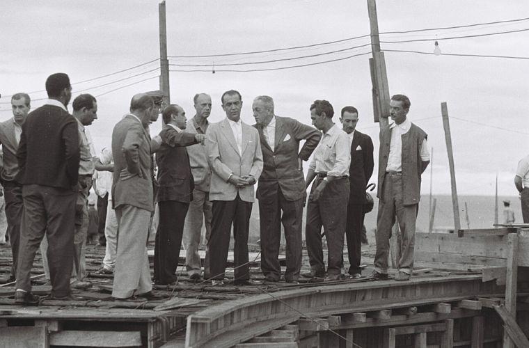 Oscar Niemeyer, JK e Israel Pinheiro (os três ao centro) inspecionam obras, em dezembro de 1958.