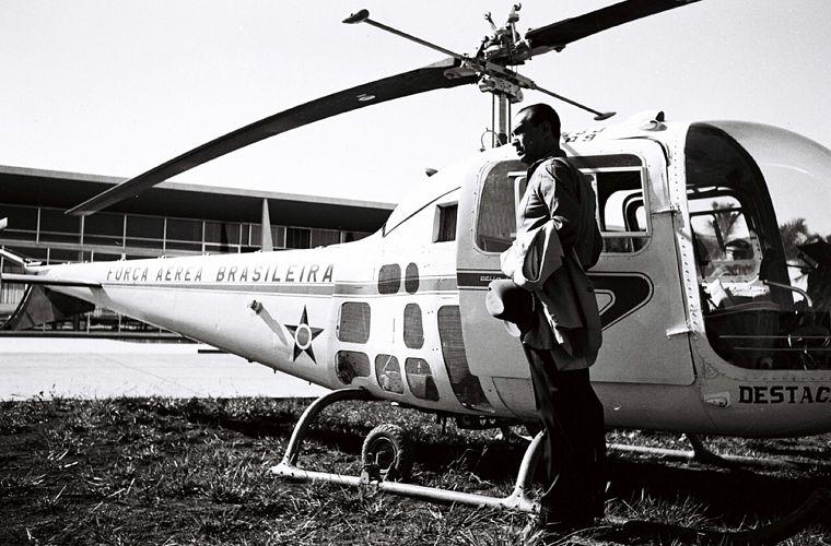JK chega ao Palácio do Planalto em helicóptero da Força Aérea Brasileira (FAB), c.1958/ 1960.