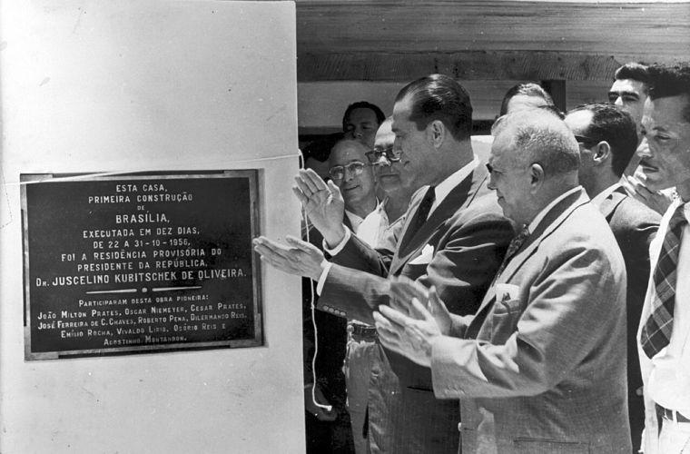 JK inaugura placa em homenagem aos construtores do Catetinho, em 1958. O edifício foi o primeiro a ser erguido em Brasília, em apenas dez dias.