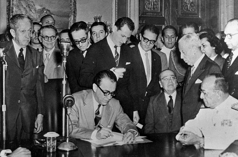 Em outubro de 1957, no Rio de Janeiro, JK assina a lei que fixa em 21 de abril de 1960 a data da mudança da capital para Brasília.