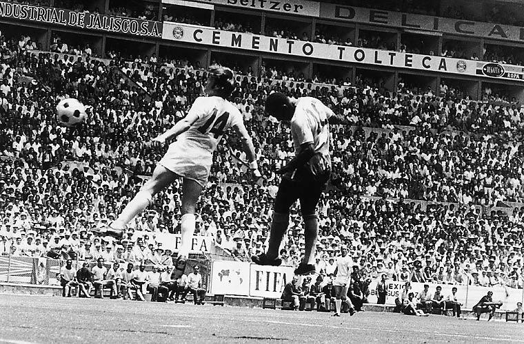 Pelé disputa a bola com Labone, durante a Copa de 1970, no México.