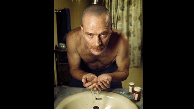 Quando Walt faz quimioterapia e seus cabelos começam a cair, ele raspa o restante e fica careca, dando início a uma transformação também visual do personagem