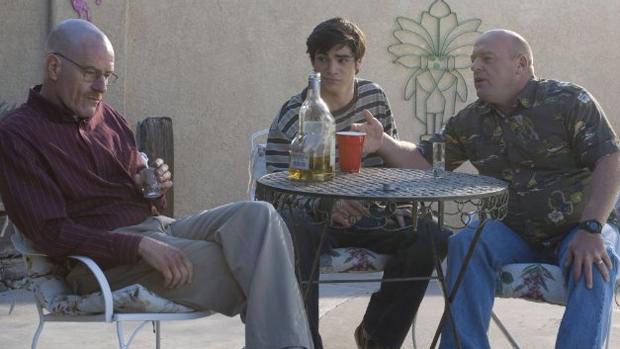 Outra cena que marca a transformação de White é quando, na segunda temporada, ele incentiva o filho adolescente, Walter Jr. (RJ Mitte), a tomar bebida alcoólica. Ele havia descoberto que a quimioterapia funcionou e seu câncer estava em remissão, e que, portanto, ele não morreria antes que sua família descobrisse seus crimes