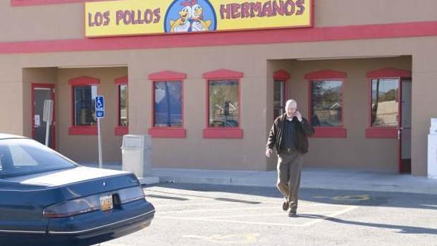 """A maior transformação de White vem quando ele conhece Gustavo Fring (Giancarlo Esposito), empresário que usa a rede de fast-food Los Pollos Hermanos para um grande esquema de drogas. Ele e White são parecidos: levam vidas duplas e """"se escondem à plena vista"""", como diz Fring"""