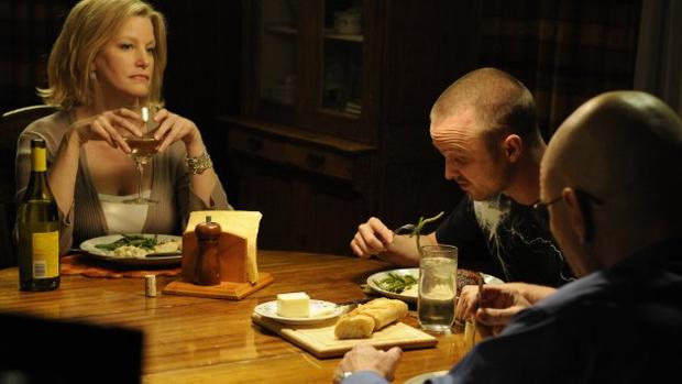 A essa altura da série, White já voltou a morar com a mulher, Skyler, que já sabe de tudo. Ele passa a não esconder mais nada dela, e até leva Jesse para jantar com eles um dia. Ela, claro, não fica feliz