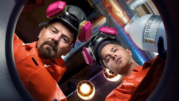 Os personagens Walter White (Bryan Cranston, à esq.) e Jesse Pikman (Aaron Paul) produzem metanfetamina em episódio da quarta temporada de Breaking Bad