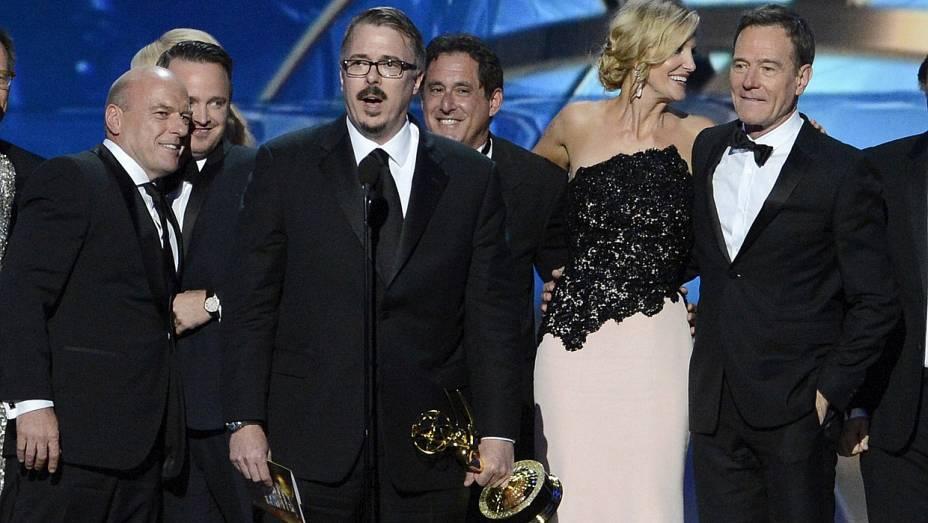 Elenco de Breaking Bad com o criador da série, Vince Gillian, à frente, recebe o Emmy de melhor série dramática