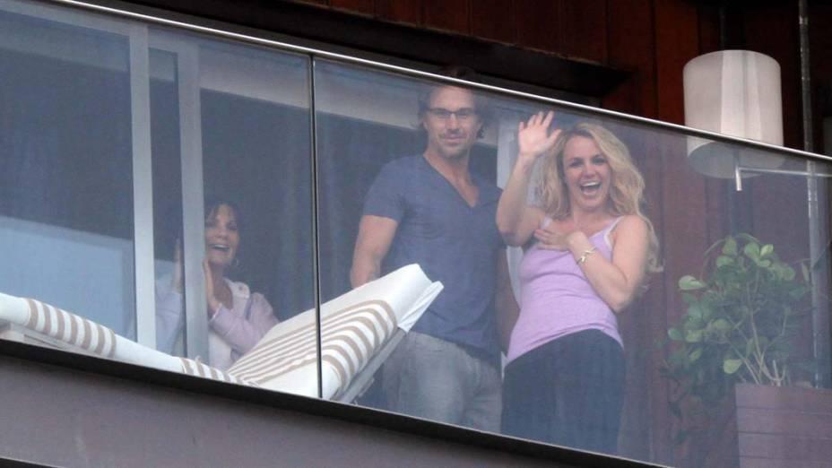 Britney Spears na sacada do hotel Fasano, no Rio de Janeiro