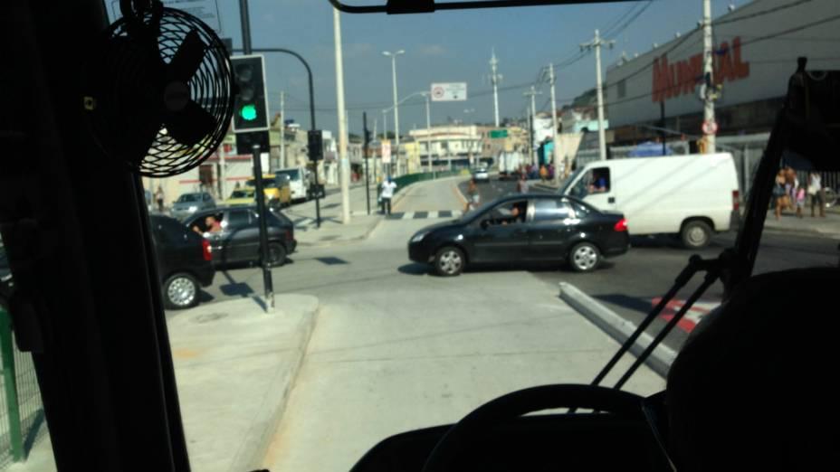 Carros na pista, com o sinal aberto para o BRT: problemas de convivência entre o corredor expresso e o trânsito