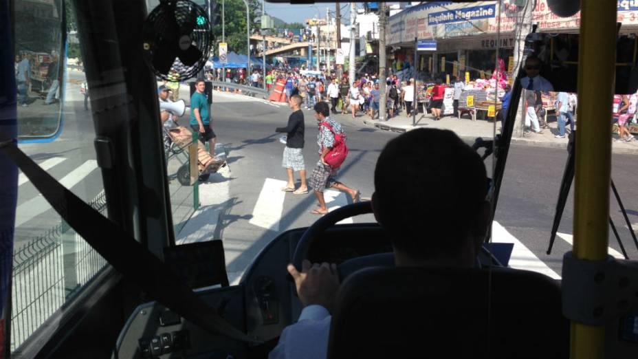 Pedestres na pista: ainda são muitas as travessias perigosas no caminho do BRT Transcarioca