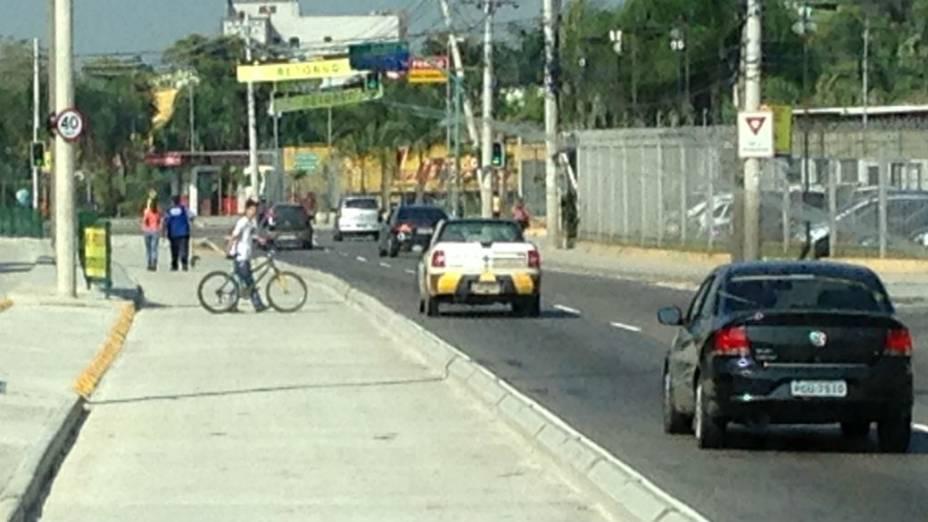 Bicicleta cruza a pista na faixa do BRT: risco para a população dos bairros cortados pelo corredor expresso
