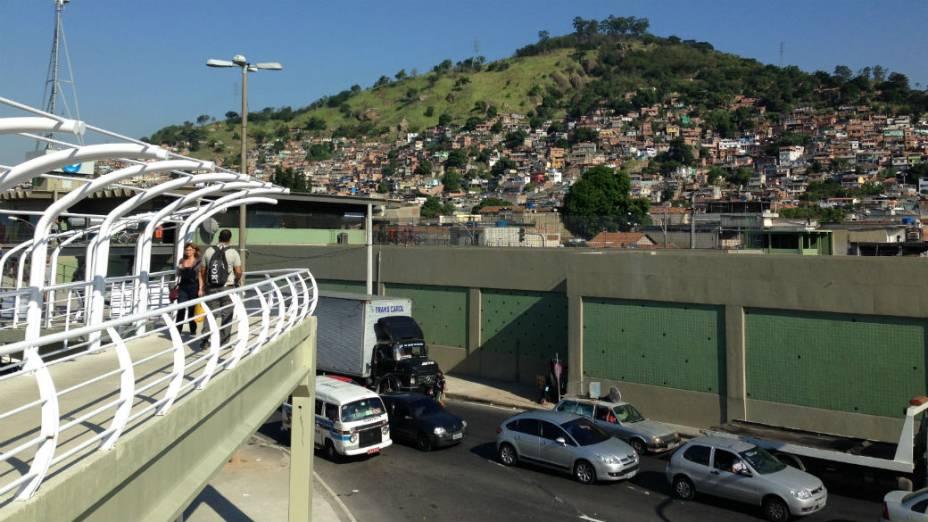 Favelas no caminho do BRT Transcarioca: o Morro do Juramento, em frente à estaçaõ de metrô Vicente de Carvalho, onde é feita a conexão