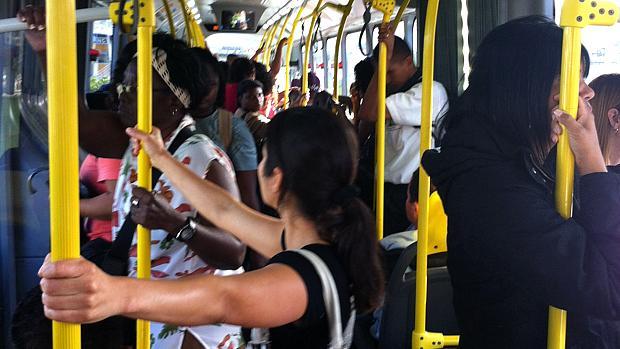 BRT Transoeste: ônibus já sai lotado do Terminal Alvorada, na Barra da Tijuca