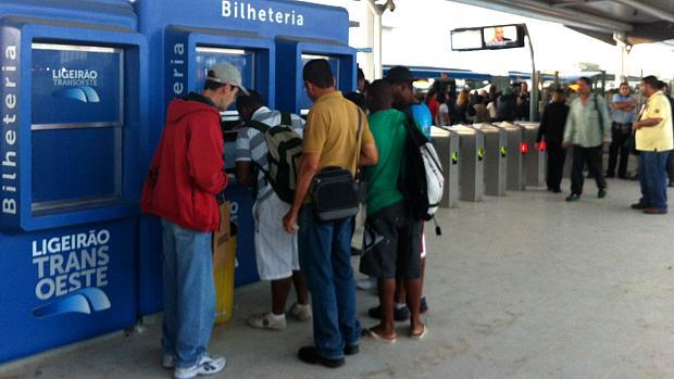 BRT Transoeste: usuários fazem o pagamento antes de entrar no ônibus