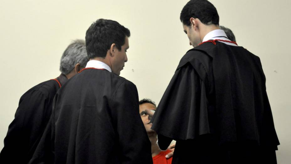 Goleiro Bruno entre os advogados de defesa