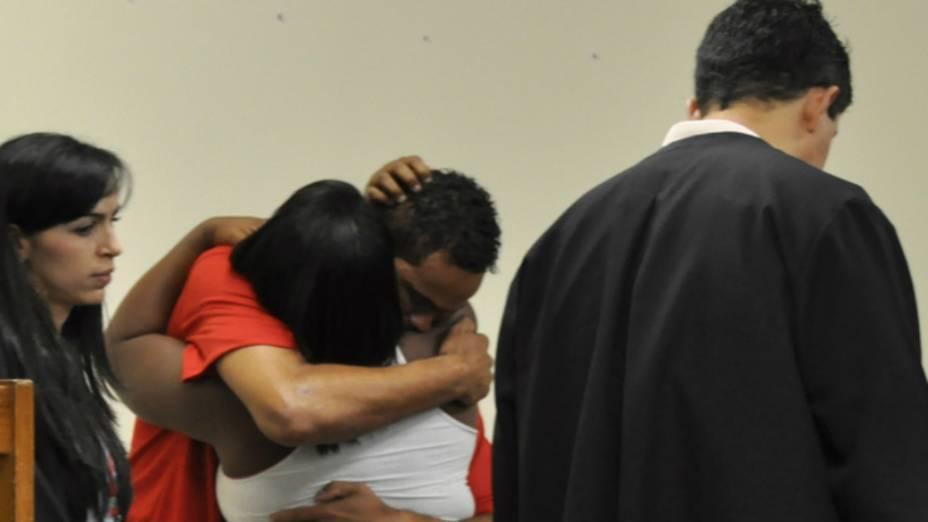 Goleiro Bruno beija a prima Célia Rosa Sales, que depôs no julgamento