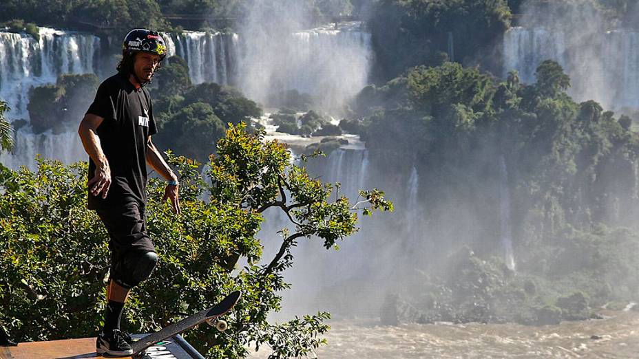 Com as cataratas do Iguaçu ao fundo, Bucky Lasek levou o ouro no skate vertical em Foz do Iguaçu