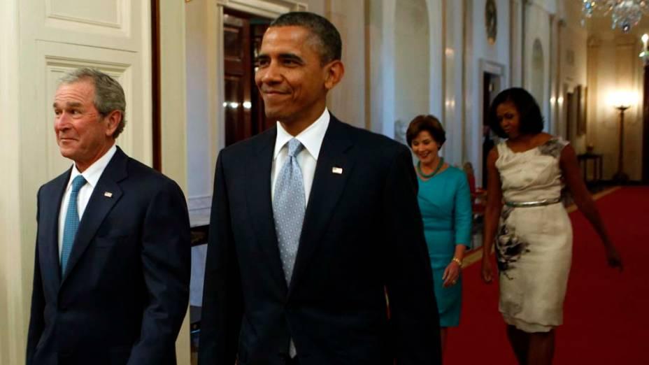 Bush e Obama entram na sala leste seguidos de Laura Bush e Michelle Obama