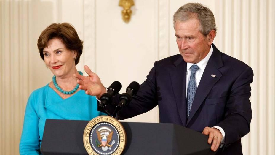 Discurso de George W. Bush, com sua esposa Laura ao lado