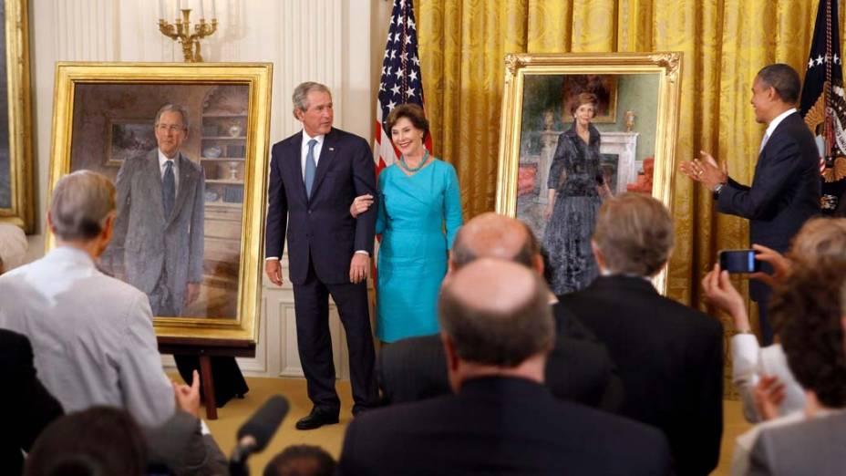 George e Laura Bush entre seus retratos