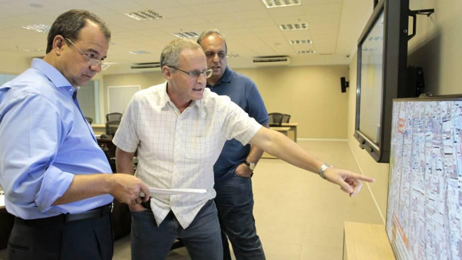 Sérgio Cabral, José Mariano Beltrame e Pezão no Centro de Comando e Controle, durante ocupação do Complexo da Maré