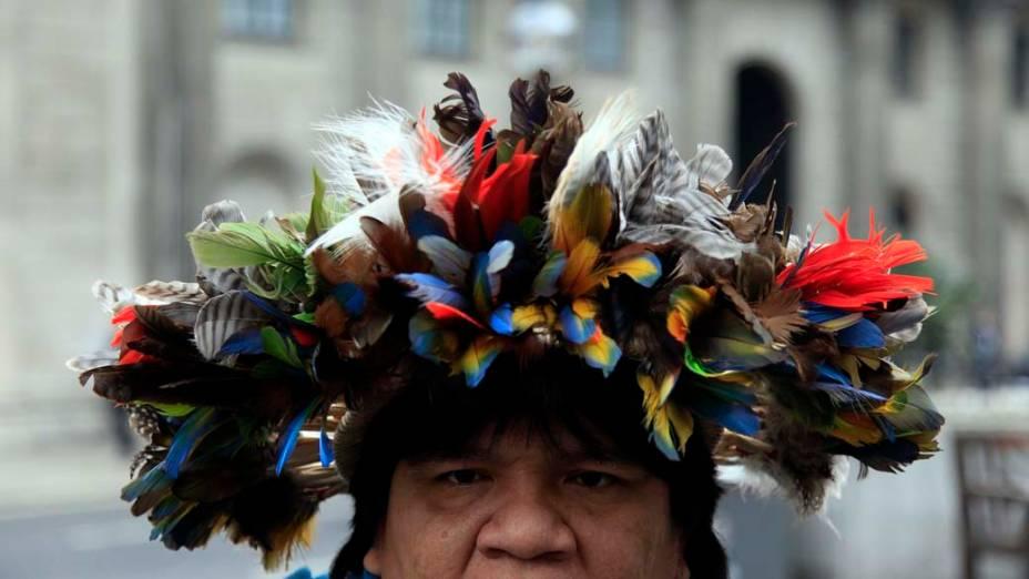 Em Londres, o cacique Almir Narayamoga, da tribo amazônica Suruí, participa de manifestação contra a construção da hidrelétrica de Belo Monte<br><br>