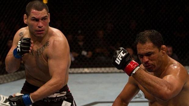 Cain Velasquez (à esq.) precisou de um round para nocautear o brasileiro Rodrigo Minotauro no UFC 110, em 2010