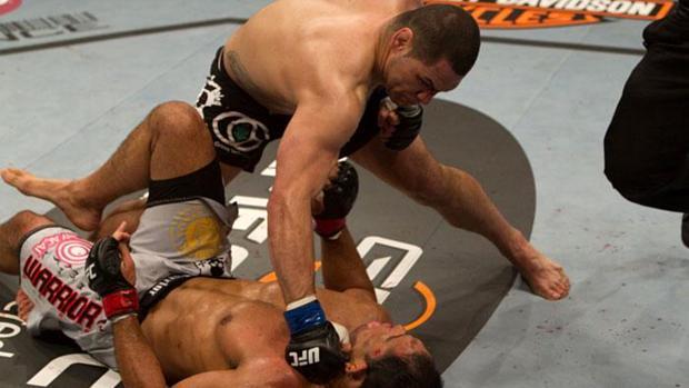 Cain Velasquez (luva azul) precisou de um round para nocautear o brasileiro Rodrigo Minotauro no UFC 110, em 2010.jpg