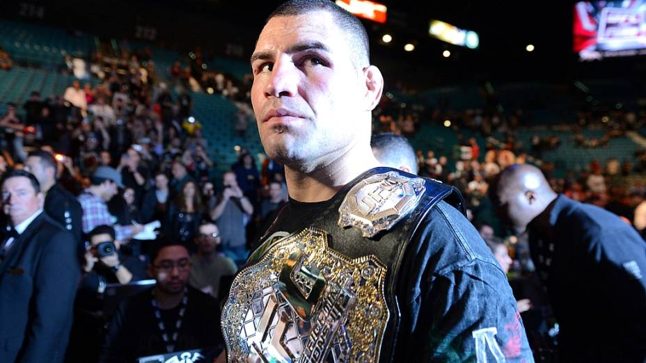 Cain Velasquez recupera o cinturão dos pesados
