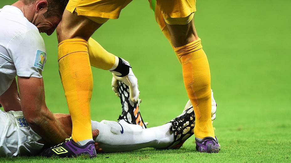 Jogador da Inglaterra cai em campo com câimbras